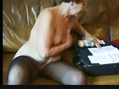 Old babe plays solo with her slutty body tubes