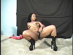 Black chick dancing and showing a big ass tubes