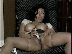 Busty milf babe masturbates to porn tubes