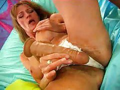 Nice tit mature babe using a big dildo tubes