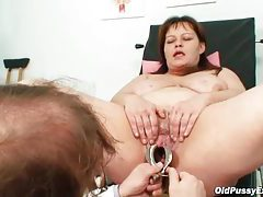 He looks inside her pussy using a speculum tubes