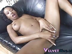 Ebony hottie rubs her pussie to scorching hot orgasm tubes