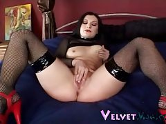Curvaceous raven haired seductress in sexy stockings rubbing her muff tubes