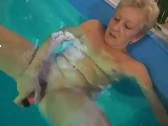 Grandma solo dildo sex in the pool tubes