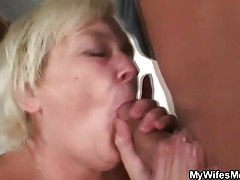 Fat old lady gives the wet pussy tubes