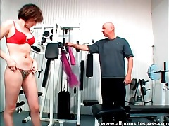 Trainer eats out a sexy brunette with lean body tubes