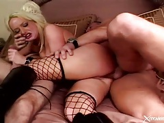 Skinny blonde in boots double penetrated tubes