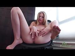 Solo blonde avril hall finger fucks her pussy tubes