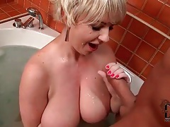 Fat chick sucks off a dick in the bathtub tubes