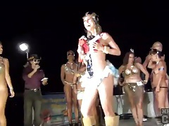 Hot chicks shake their asses on stage to win tubes