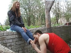 Outdoors he licks the dirty feet of a hottie tubes