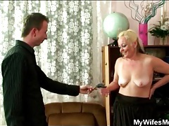 Snapping pictures of mature slut as she strips tubes