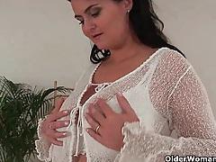 Sexy soccer mom with dangling big tits masturbates tubes