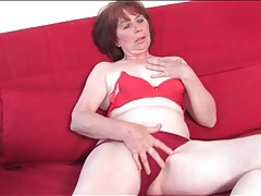 Solo mature masturbates in her high heels tubes