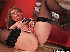 Sultry mature lady stretches her wanton pussy and squirts tubes