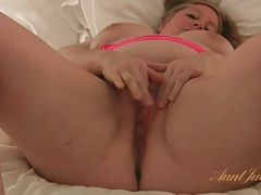 Bbw brings out her vibrator to get off tubes