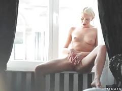 Skinny lindsey olsen rubs her clitoris tubes