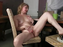Mature with a round ass masturbates her pussy tubes