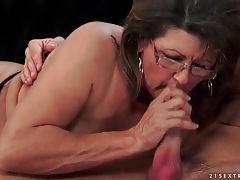 Making out with mature lady that blows him tubes