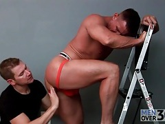 Muscular daddy sucked by a hot mouth tubes