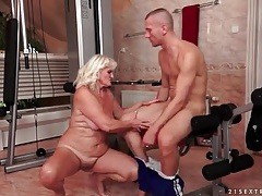 Mature gives good head in the gym tubes