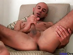 Solo masturbating guy cums on his bed tubes