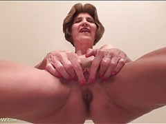 Mature shows off her sexy cunt in close up tubes