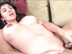 Sex toy in the cunt of milf makes her cum tubes