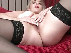 Curvaceous sapphie blue toys her pink pussy tubes