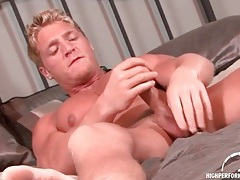 Muscular smooth blonde guy jerks off onto his stomach tubes