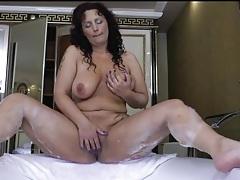Curvy mature masturbates her cunt in the bathtub tubes