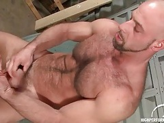 Bear jerks off and fingers his asshole tubes