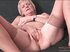 Saggy granny strips to stockings and masturbates tubes
