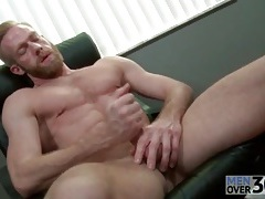 Bearded guy with insanely sexy abs jerks off tubes