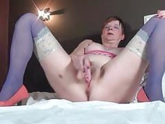 Masturbating mature chick in blue stockings tubes