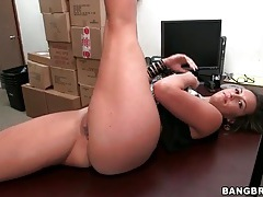 Flexible kelsi monroe does splits and fucks tubes