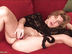 Granny vibrates her soaking wet cunt tubes