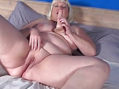 Naked bbw fucks her cunt with a toy tubes