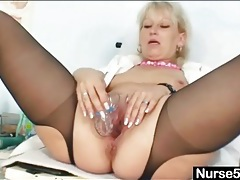 Solo mature nurse stuffs speculum in her pussy tubes