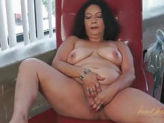 Dildo arouses her mature asshole and pussy tubes