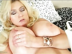 Curvy body and huge tits on a masturbating mature tubes