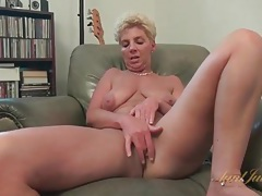 Big ass old lady masturbates her bald pussy tubes