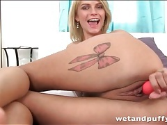 Flexible chick with tattooed legs fucks a toy tubes