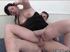 Young shaft pounds the mature cunt relentlessly tubes