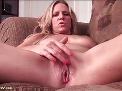 Wet milf pussy looks sexy in close up tubes