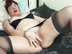 Nerdy old chick finger bangs in her bed tubes