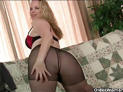 Fat butt older babe puts on her black pantyhose tubes