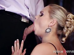 He makes love to the cunt of a glamorous blonde tubes