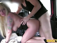 Fashionable blonde bimbo pounded on in a car tubes