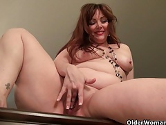 American mom jewels gives her pantyhosed pussy a treat tubes